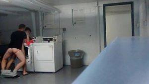 Comendo o amigo na lavanderia