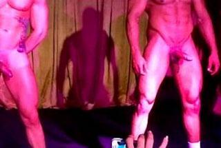 Gogo Boys pelados dançam nus em boate gay