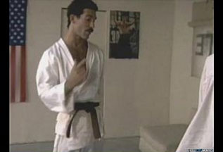 Karate Kid gay, professor come cu dos alunos no tatame