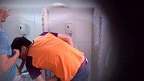 Rapaz flagra homens nus se chupando no banheiro