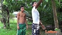 Latinos indios gays transando embaixo da árvore