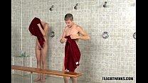 Meninos gostosos dando uma ligeira no vestiário