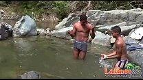 Garotos da net se banhando no lago e trocando carinho