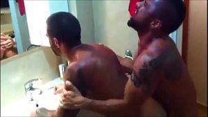 Machos nus tatuados em rapidinha no banheiro