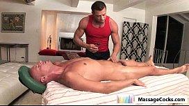 Homem gostoso recebendo massagem do gay com punheta