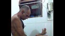 Coroa gay com o sobrinho safado no banho