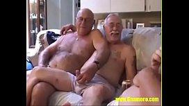 Homens idosos gays se acariciando na suruba
