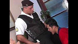 Tive um enconto gay com policial e fui fodido