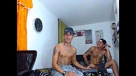 Meninos gay tatuados se filmando no porno amador