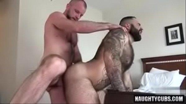 Gay barbudo tomando piroca grossa