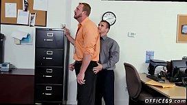 Gay no trabalho fodendo com o colega na sala