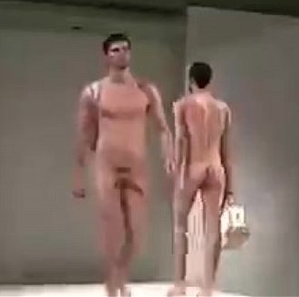 Videos de homens nus desfilando