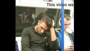 Homem sendo flagrado de pau duro no metro