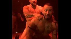 Flagra balada gay de bombados se enchendo de pica