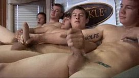 Homens punheteiros em vídeo grupal se tocando na sacanagem