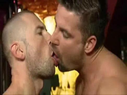 Amorzinho gostoso com troca de língua entre esses sarados gays