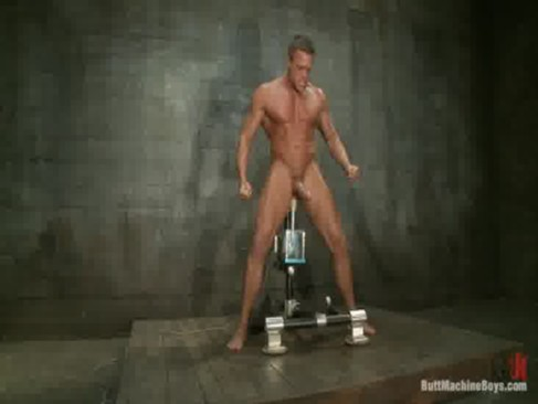 Bombado numa masturbação diferente sentando no aparelho