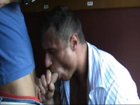 Chupando o pauzão do safado musculoso galego e liberando anus