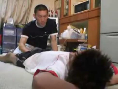 Faxineiro acorda o safado no quarto do hotel e transam