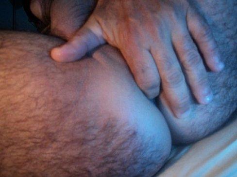 Gay masturbando cu com dedo dentro da bunda macia
