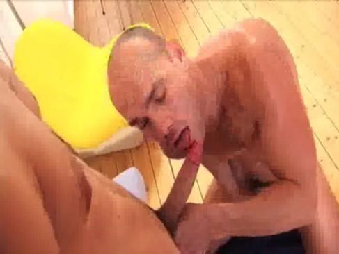 Incesto gay entre careca bolinando pica do irmão safado
