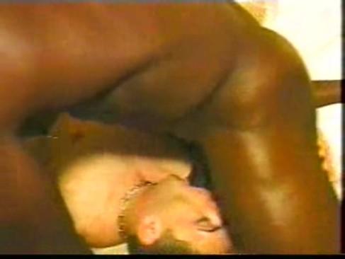 Musculoso geme na rola do negão