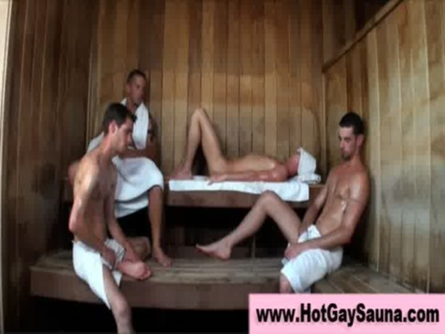 Na sauna esses amigos fazem uma orgia gostosa