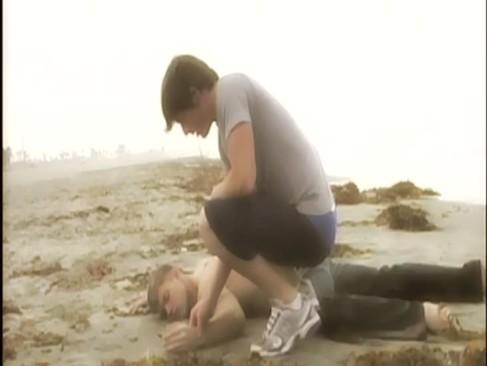 Novinho é acordado na praia por desconhecido e fodem ali mesmo