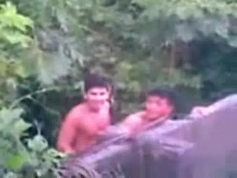 Novinhos gays sendo flagrados no quintal de casal transando gostoso