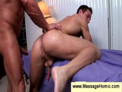 Quatro gays bem dotados e massagistas fazendo reunião de sexo