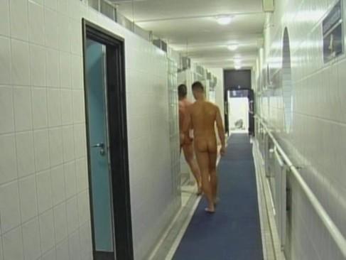 Sexo gay bareback com dois homens no cio