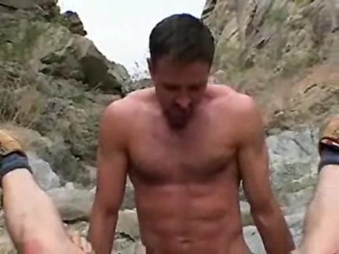 Sexo gay entre esses turistas safados ao ar livre na praia