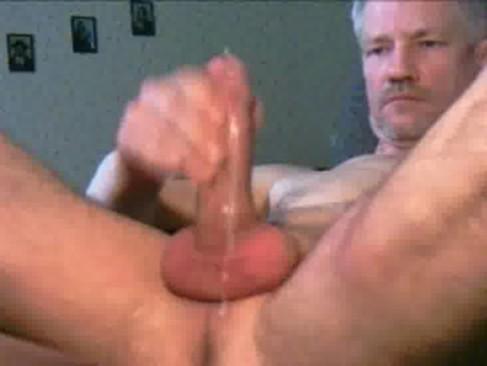 Vovô gay transa com marido da filha – Bareback